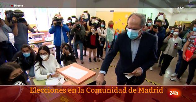 Ángel Gabilondo, votando el