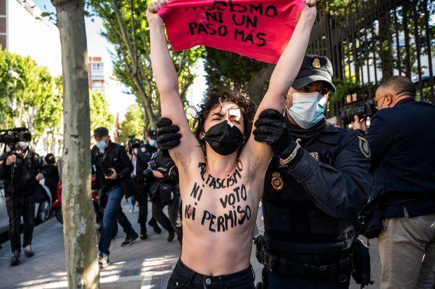 Un policía trata de retirar a una de las activistas de FEMEN que se ha manifestado este