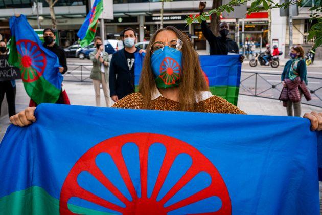 Un grupo de manifestantesgitanos sostienen banderas en una protesta en la calle de Marqués...