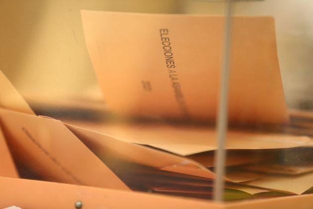 Votos dentro de la urna en el Colegio Joaquín Turina de