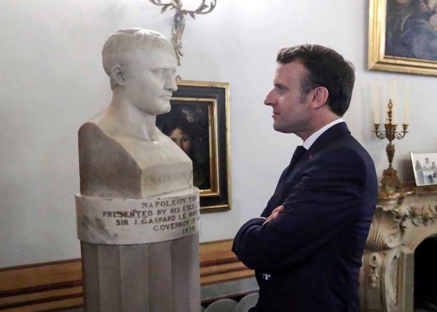 Emmanuel Macron devant un buste de Napoléon Bonaparte à La Valette à Malte, le 14 juin