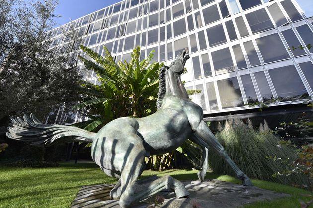 La statua del ''Cavallo Morente'' dello scultore Francesco Messina, esposta all'esterno della sede Rai...