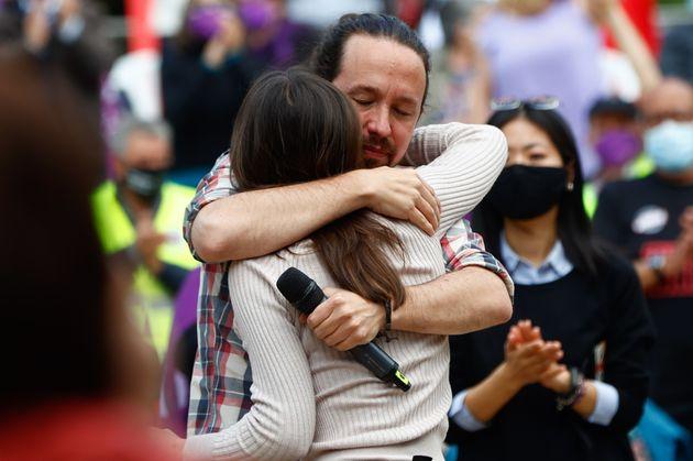 Pablo Iglesias e Irene Montero se abrazan en un acto