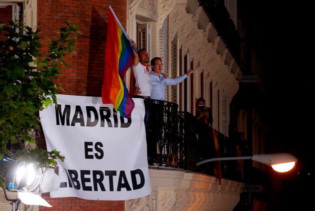 Simpatizantes del Partido Popular hoy martes junto a la sede del partido en la calle