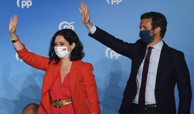Isabel Díaz Ayuso y Pablo Casado saludan desde el balcón de su sede de Génova la...