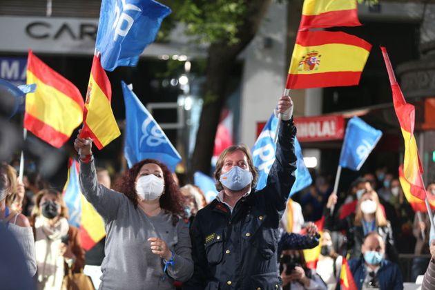 Simpatizantes del PP, este martes, en la madrileña calle de Génova, sede del