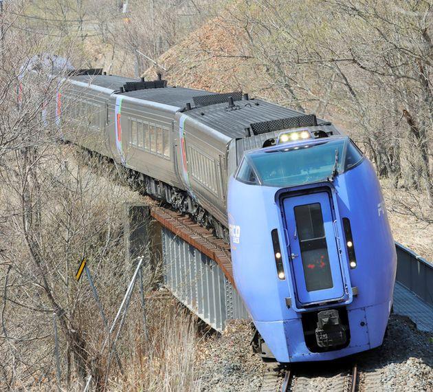 根室線の山あいの区間で、カーブで車体を傾けながら走るキハ283系の特急「おおぞら」=2021年4月20日午前10時15分、北海道浦幌町