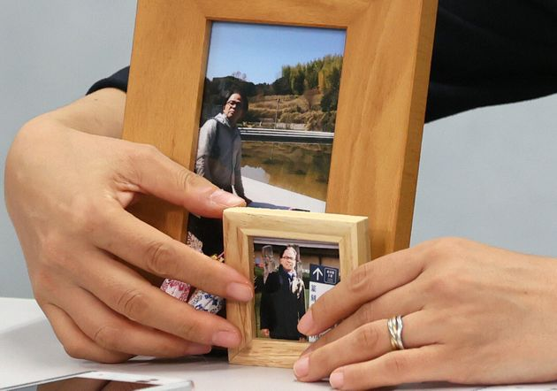 第1回口頭弁論後、会見で元近畿財務局職員赤木俊夫さんの写真を出す妻の雅子さん=2020年7月15日、大阪市北区