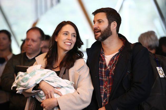 Η πρωθυπουργός, με τον σύντροφό της Κλάρκ Γκέιφορντ και την κόρη τους (Αύγουστος 2018)