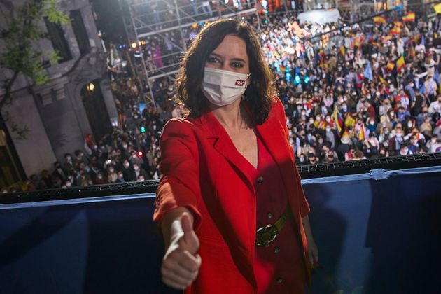 La presidenta de la Comunidad de Madrid y candidata del PP, Isabel Díaz Ayuso, celebra su triunfo...