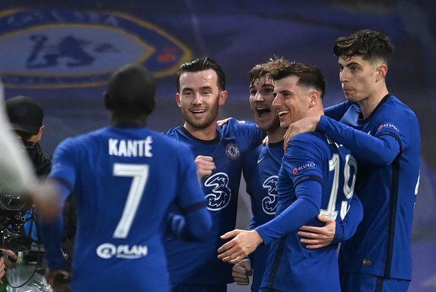 Les joueurs de Chelsea se congratulant après leur premier but inscrit contre le Real Madrid, en...