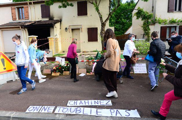 Des habitants de Mérignac déposant des fleurs devant la maison de Chahinez, le 5 mai