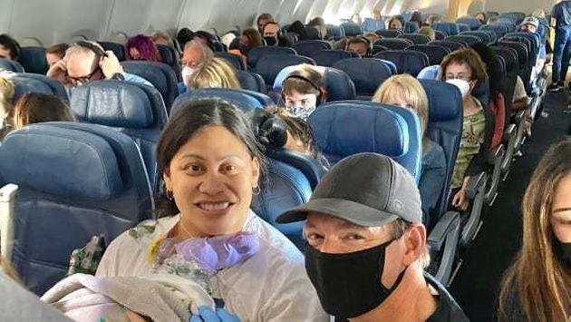 출산 후 비행기에 내리며 출산을 도와준 의사 데일 글렌과 함께 찍은