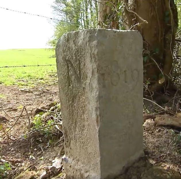 ベルギーの農家の男性が動かした国境石