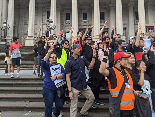 윈 테 우(가운데)가 지난 1일(현지시각) 오스트레일리아 멜버른에서 열린 집회에 참여해 세 손가락을 들어보이고