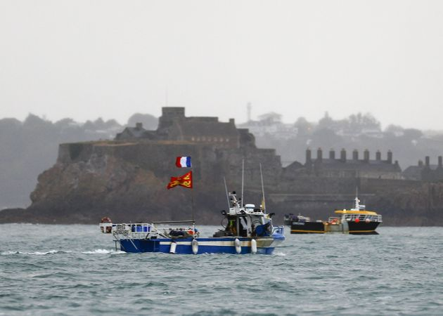 Des bateaux de pêche manifestent au port de Saint-Helier à Jersey pour protester contre les conditions...