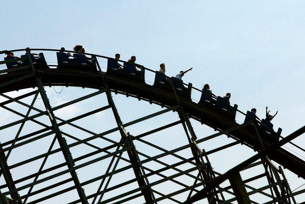 Photo prise le 21 juillet 2004 à Plailly, de personnes sur le manège de la montagne russe, l'une des...