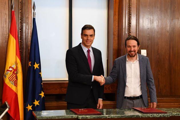 Pedro Sánchez y Pablo Iglesias firman el acuerdo de
