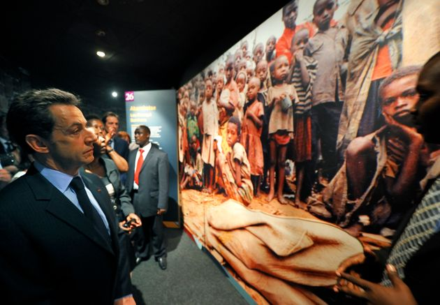 Nicolas Sarkozy, en visite au Memorial du génocide rwandais à Kigali le 25 février 2010. REUTERS/Philippe...
