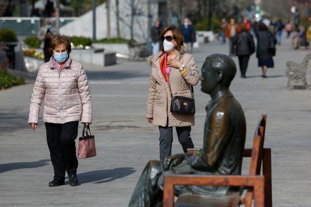 Dos mujeres paseando por la calle con