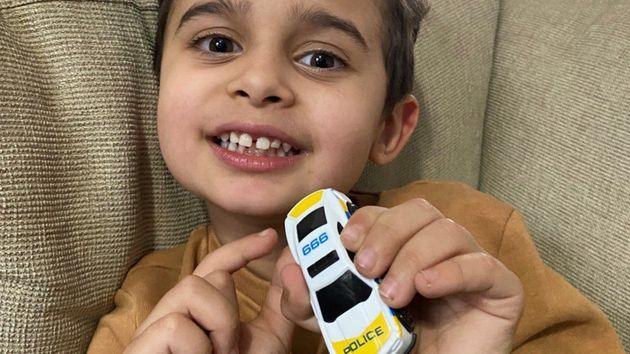 La madre sta male, a 4 anni chiama il numero di emergenza sull'auto giocattolo e le salva la