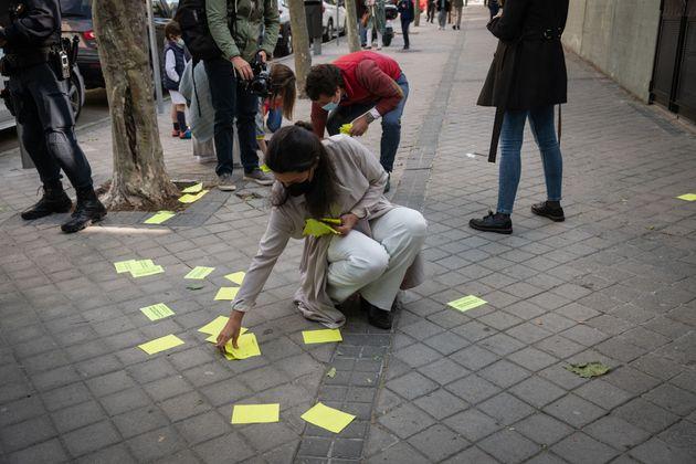 Monasterio recoge varios folletos a la entrada del colegio
