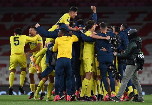 El Villarreal celebra la clasificación en la Europa League frente al