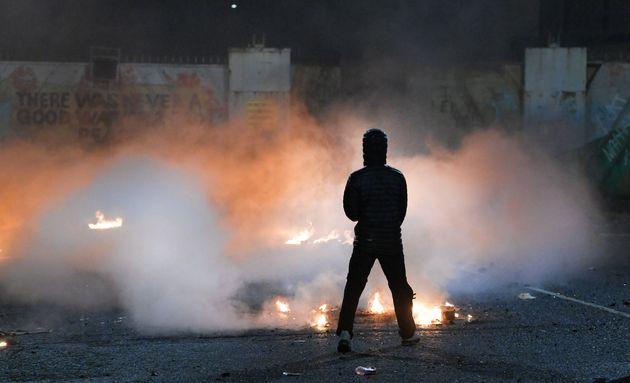 「平和の壁」の前で発生した暴動の様子。若者たちは警察官を攻撃し、バスにガソリン爆弾を仕掛けた。=