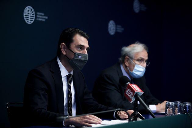 Ο υπουργός Ενέργειας, Κώστας Σκρέκας (αριστερά) και οπρόεδρος των ΕΛΛ.ΠΕ, Γιάννης Παπαθανασίου, κατά την χθεσινή συνάνητηση.