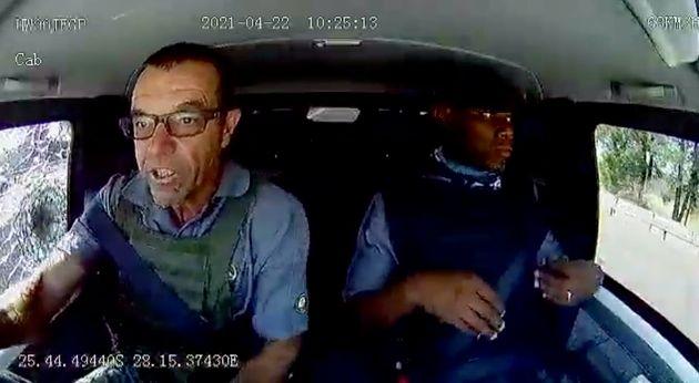 現金輸送中に襲撃を受けるレオ・プリンスルーさん(左)。車載カメラの映像より
