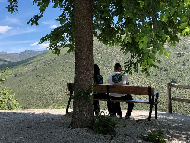 Una pareja de turistas en el mirador de El Atazar, este