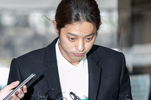 가수 정준영이 서울 서초구 서울중앙지방법원에서 열린 구속 전 피의자심문(영장실질심사)에 출석하고 있다.