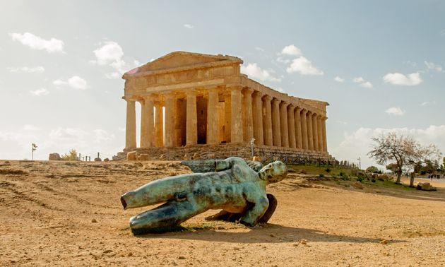 Ο Ναός της Ομόνοιας και το σπασμένο άγαλμα του Ίκαρου από τον Igor Mitoraj, Ακράγαντας, Σικελία (photo:...