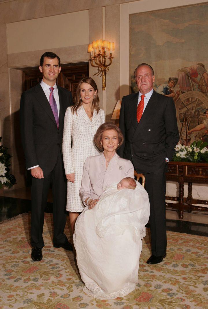 La reina Letizia, en uno de los posados tras el bautizo de Leonor.