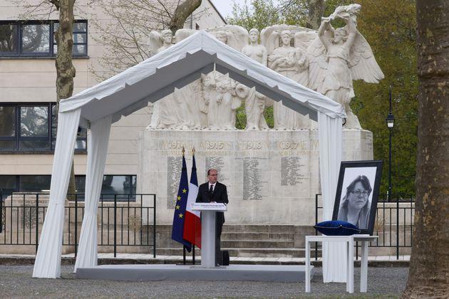 Ο Γάλλος πρωθυπουργός Jean Castex εκφωνεί λόγο για την Stephanie Monferme, κατά τη διάρκεια του μνημοσύνου της στις 30 Απριλίου 2021. Η ατυχη γυναίκα, διοικητική υπάλληλος στο τοπικό αστυνομικό τμήμα του Ραμπουγιέ΄έχασε τη ζωή της όταν έναςάνδραςτης επιτέθηκε με μαχαίρι φωνάζοντας«Αλλάχ Ακμπάρ»