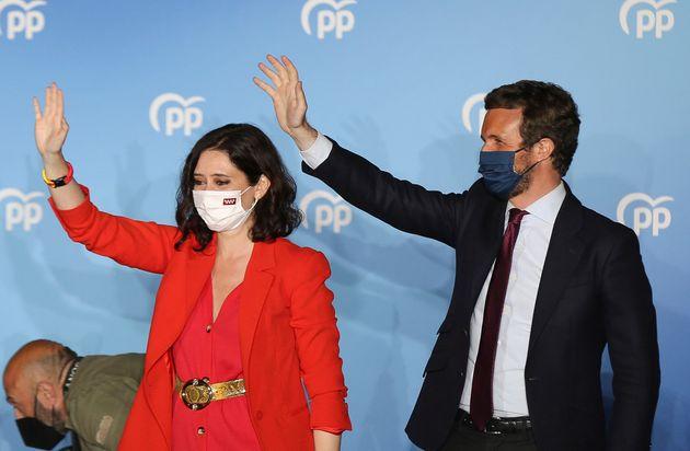 La presidenta de la Comunidad de Madrid, Isabel Díaz Ayuso, y el presidente del PP, Pablo Casado,...