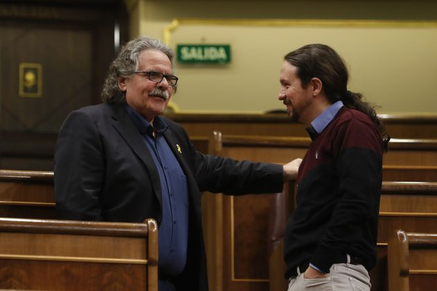 Pablo Iglesias conversa con Joan Tardà en el Congreso de los