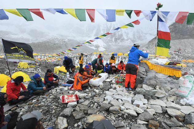 Il coronavirus scala anche l'Everest, la pandemia dilaga in