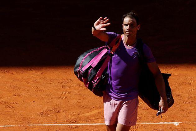 Rafa Nadal abandona la pista tras perder ante el tenista alemán Alexander Zverev en su partido de cuartos...