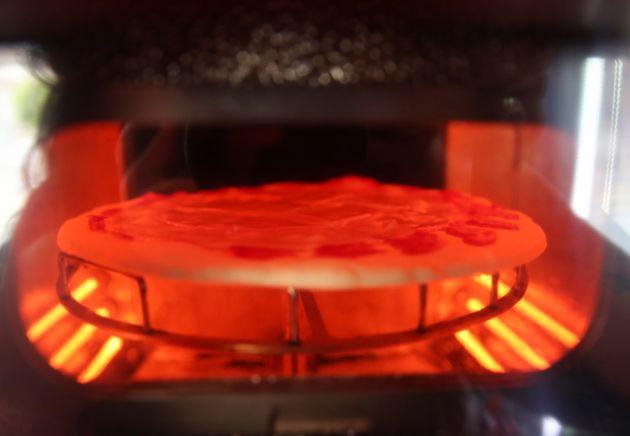 小窓からピザの焼き上げをのぞけます。ちょっとワクワクしますね(2021/05/06)