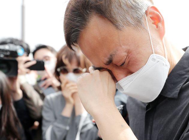故 손정민 군의 아버지 손현씨가 어버이날인 8일 오후 서울 서초구 반포한강공원 택시승강장 앞에서 차종욱 민간구조사를 만난 후 눈물을 흘리고