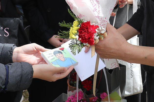 故 손정민 군의 아버지 손현씨가 어버이날인 8일 오후 서울 서초구 반포한강공원 택시승강장 앞에서 응원 온 시민들에게 카네이션과 손정민 군의 그림을 받고