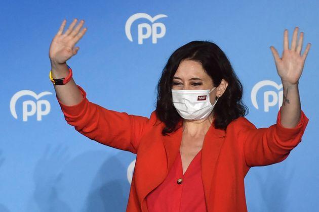 La presidenta de la Comunidad de Madrid, Isabel Díaz Ayuso, celebra la