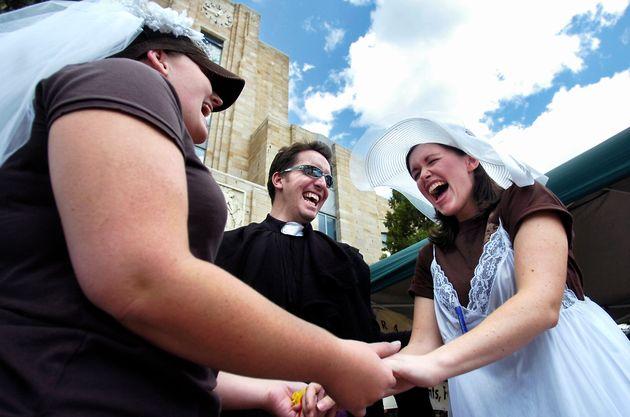Sfida al Vaticano, preti benediranno le coppie gay