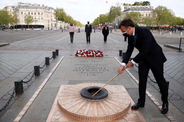 Emmanuel Macron, ici allumant la flamme sur la tombe du Soldat inconnu lors de la cérémonie...
