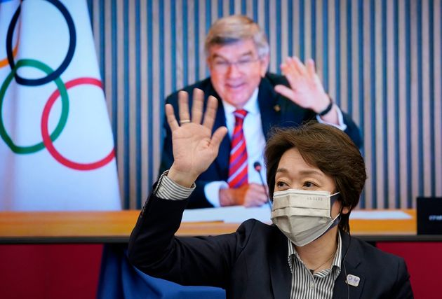 画面越しに手を振り合う橋本氏とIOCバッハ会長=4月28日