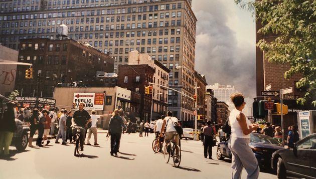 911、アメリカ同時多発テロで崩壊したワールドトレードセンターの現場近く。ワールドトレードセンターがあった方向に、煙が見える