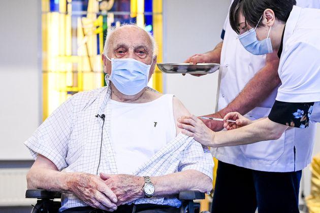 OΖος Ερμάν την ημέρα του εμβολιασμού του.