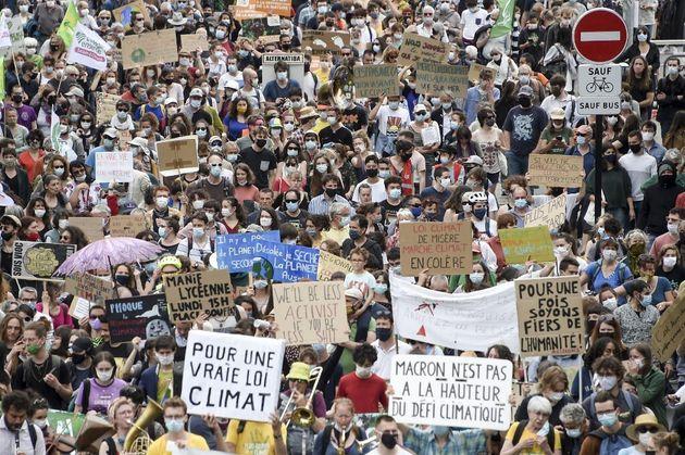 Plus de 100.000 personnes, selon le décompte des organisateurs, ont marché pour le climat ce dimanche...