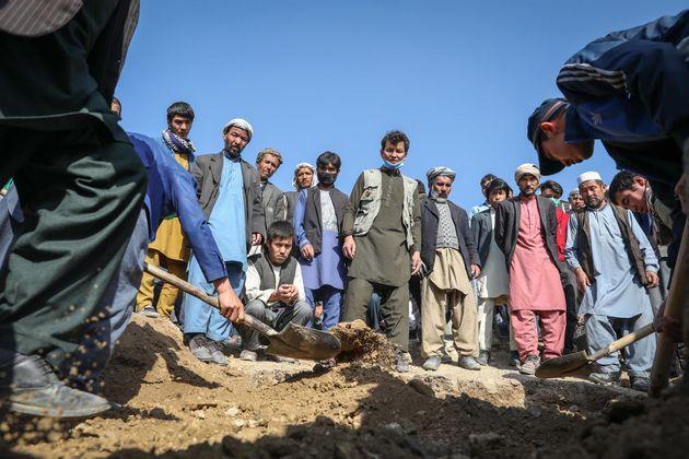 Varias personas en el funeral de una de las víctimas del ataque junto a una escuela de niñas en Kabul,